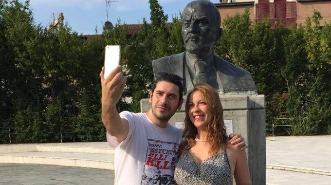 Debora e Marcello davanti al busto di Lenin