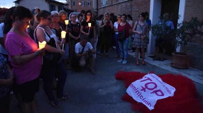 Fiaccolata contro i femminicidi, il corteo sotto casa di Betta Fella (Fiocchi)