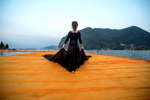 L'abito è composto da 7 lenzuola nere