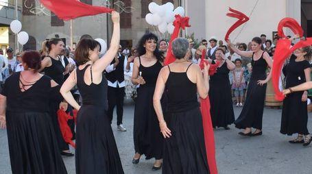 Balli durante la sfilata (foto Vives)