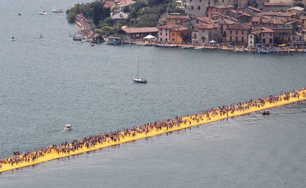 Queste sono le ultime immagini di Floating Piers percorso dai visitatori