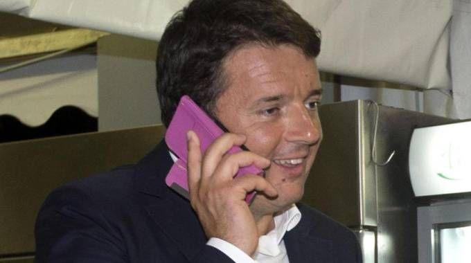 Matteo Renzi al telefono (Ansa)