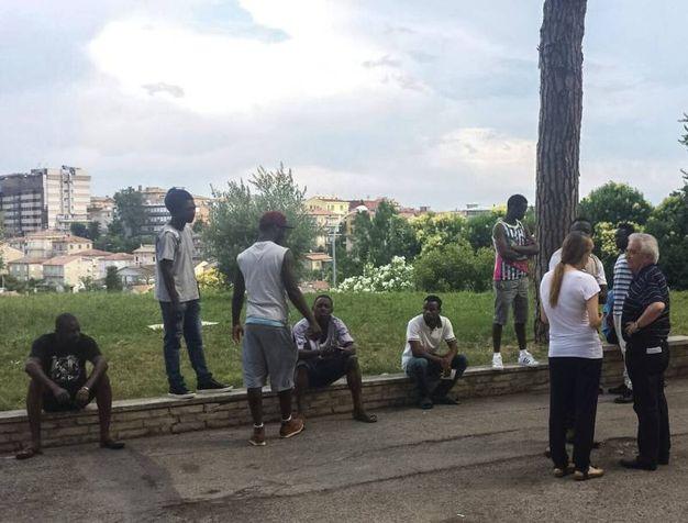 Don Vinicio Albanesi  insieme ai profughi al seminario dopo l'aggressione a Emmanuel (foto Zeppilli)