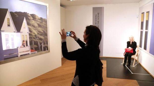 Bologna, una visitatrice alla mostra su Hopper (Foto Ansa)