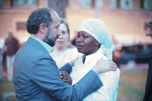 Nigeriano ucciso a Fermo: il sindaco Calcinaro abbraccia Chimiary, vedova di Emmanuel (Foto Zeppilli)