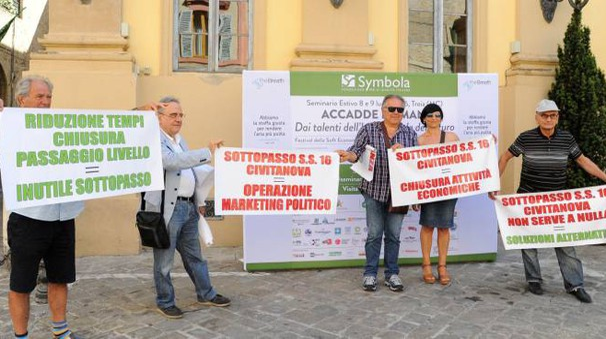 Civitanova, la protesta del comitato 'No sottopass' a Treia (foto Calavita)