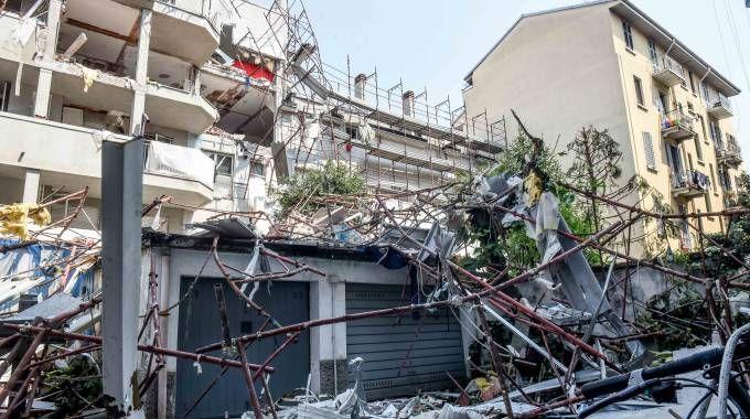 Il palazzo di via Brioschi devastato dall'esplosione