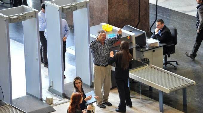 Controlli con metal detector e scanner all'ingresso del Tribunale di Milano (Newpress)