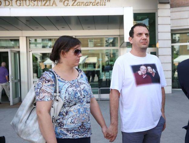 Marco Seramondi, figlio Francesco e Giovanna, e la moglie all'uscita dal tribunale dopo la condanna all'ergastolo per gli assassini dei suoi genitori