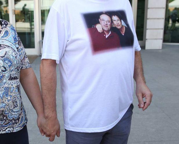 La maglietta che indossava Marco Seramondi con una foto dei suoi genitori, ammazzati l'11 agosto 2015.  Gli assassini dei coniugi Seramondi sono stati condannati all'ergastolo