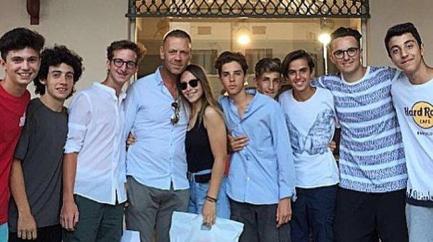 Rocco Siffredi assieme ad alcuni fans all'esterno del negozio Sir Andrew's a CarpiRocco Siffredi assieme ad alcuni fans all'esterno del negozio Sir Andrew's a Carpi