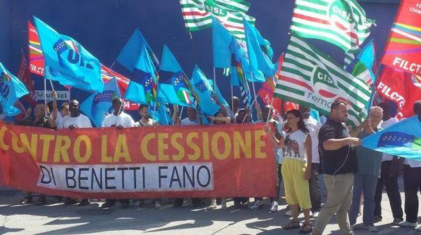 I lavoratori della Azimut Benetti mentre protestano davanti ai cantieri di via Papiria