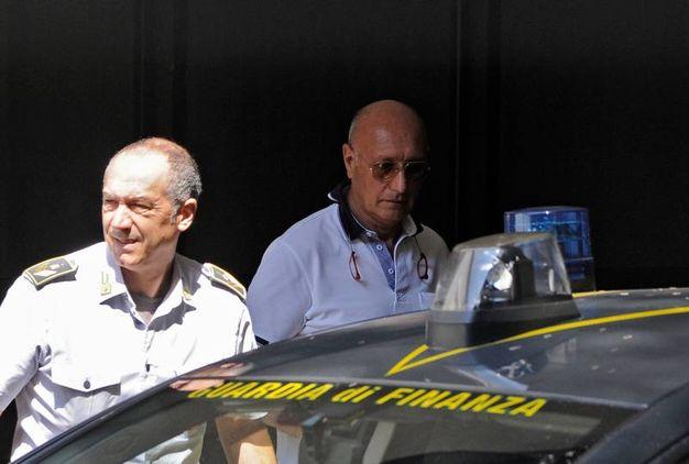Giovanni Mellino con un finanziere (foto Calavita)