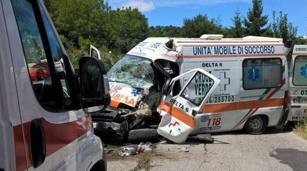 L'ambulanza dopo l'incidente sulla Mezzina