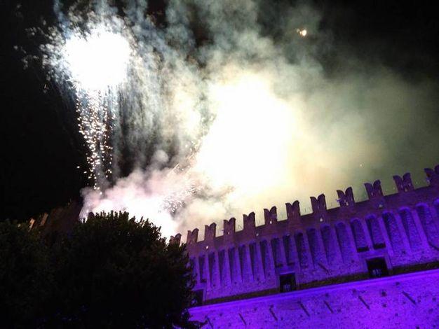 I fuochi sembrano che incendino il castello