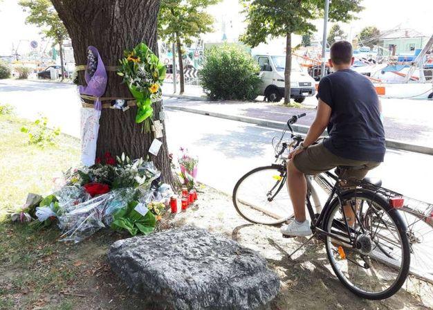 Fiori, candele e ricordini per Tetyana, la barista del Coconuts morta in un incidente (foto Petrangeli)