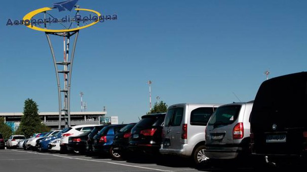Parcheggio all'aeroporto di Bologna, in arrivo altri posti auto (foto Dire)
