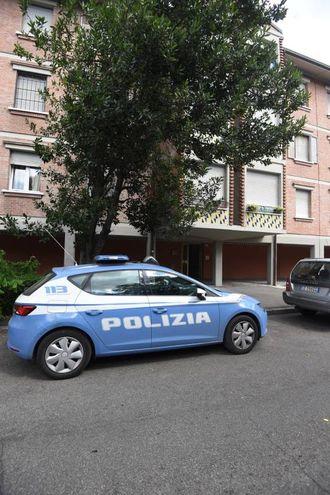 Bologna, bambino morto dopo essersi tagliato con un vetro. L'abitazione della tragedia (foto Schicchi)