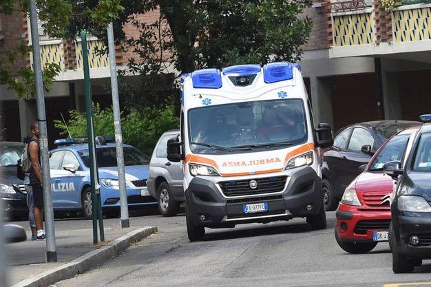 Bologna, bambino morto dopo essersi tagliato con un vetro. L'ambulanza in via Benini (foto Schicchi)