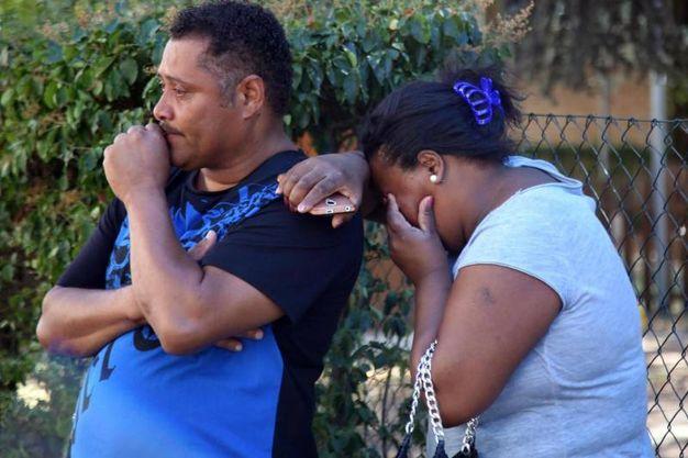 Bologna, la disperazione degli amici di famiglia del bimbo morto dissanguato (foto Ansa)