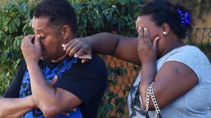Bologna, tragedia in via Benini. La disperazione degli amici  (foto Schicchi)