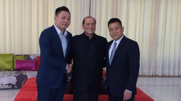 Il Milan ai cinesi: Berlusconi tra Han Li (a sinistra nella foto) e Yonghong Li