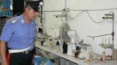 Controlli dei carabinieri in un laboratorio tessile