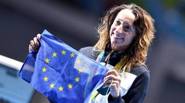 Elisa Di Francisca sul podio mostra la bandiera europea