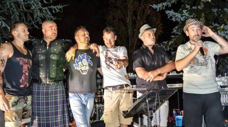 La band saluta il pubblico al termine del concerto