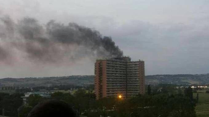 La colonna di fumo all'Hotel House di Porto Recanati