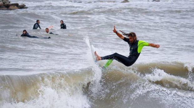 Un surfista fra le onde (foto Ravaglia)