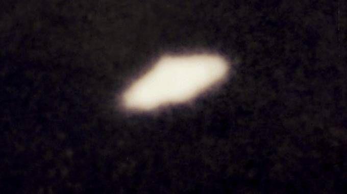 Ufo, misteriosi avvistamenti al Furlo: nella foto di repertorio un disco volante (Ansa)