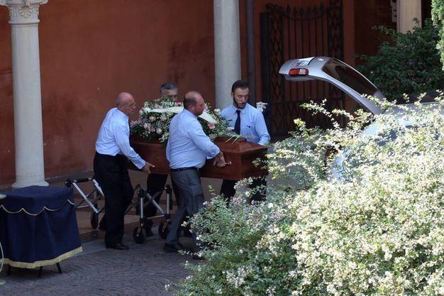 Il funerale di Barbara Fontana, la bara con la salma viene caricata in auto (foto Schicchi)