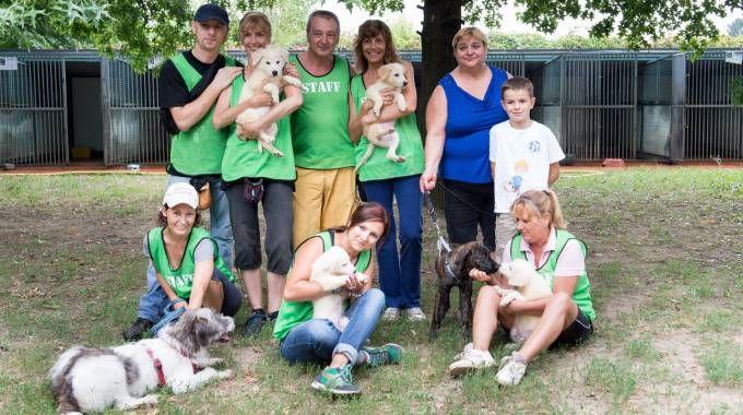 I volontari con i cuccioloni