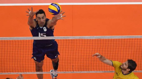 An overview shows Italy's Emanuele Birarelli setting the ball during the men's Gold Medal volleyball match between Italy and Brazil at the Maracanazinho stadium in Rio de Janeiro on August 21, 2016, at the Rio 2016 Olympic Games. / AFP PHOTO / Laurent KALFALA
