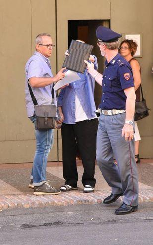 Pierino Corradini all'uscita della Procura con la polizia
