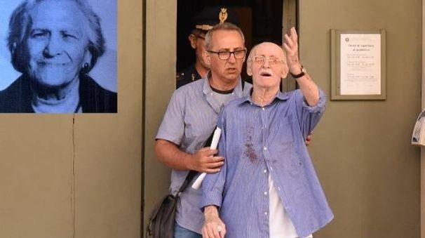 Omicidio a Carpi, Corradini esce dalla Procura. Nel riquadro, la moglie (Foto Fiocchi)