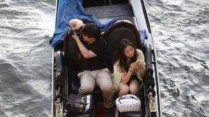 Turisti in gondola a Venezia (LaPresse)
