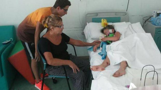 La piccola Giorgia dorme nel letto di ospedale (foto Ansa)