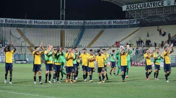 I giocatori del Modena ricambiano gli applausi del pubblico al termine della sfida pareggiata con il Parma