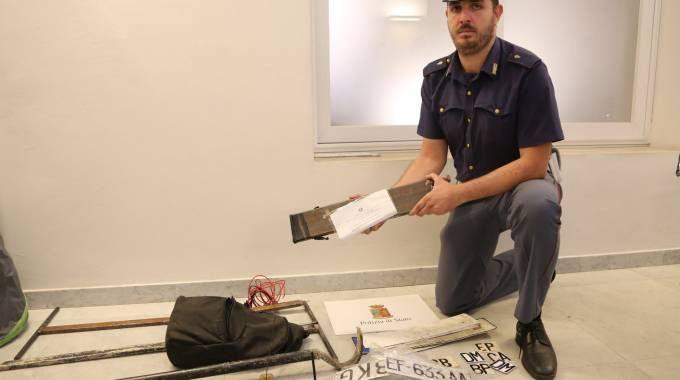 Bologna, banda dei bancomat: un poliziotto mostra parte dell'equipaggiamento (Schicchi)