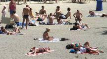 La spiaggia sull'Arno (foto Umberto Visintini/New Pressphoto)