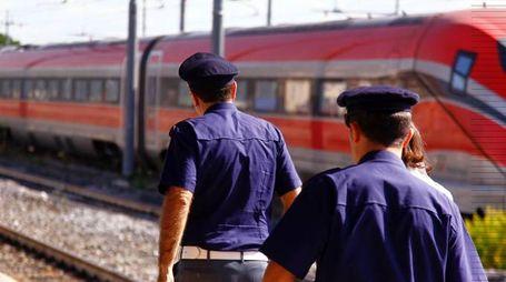 Gli agenti della polfer in servizio alla stazione (foto di repertorio)