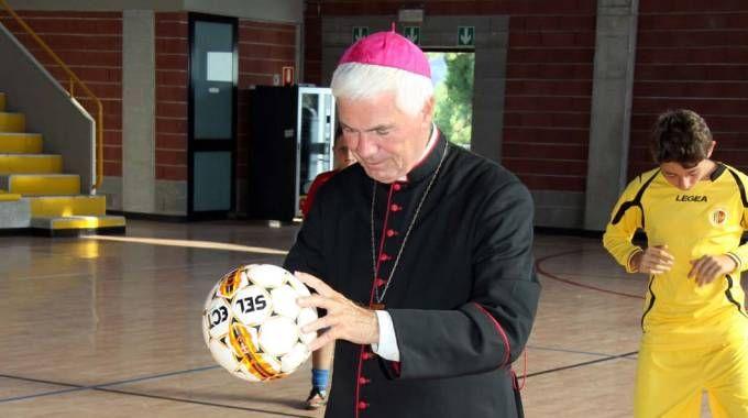 Il vescovo dà il calcio d'inizio (Foto Labolognese)