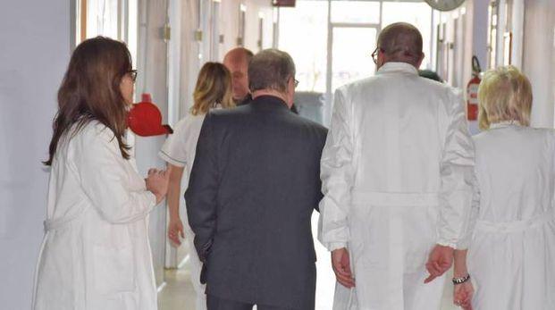 Medici e infermieri in corsia