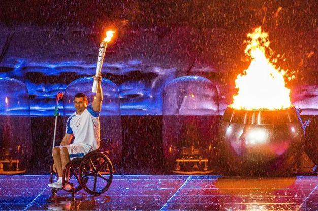 Il nuotatore brasiliano Clodoaldo Silva accende il braciere olimpico (Ansa)
