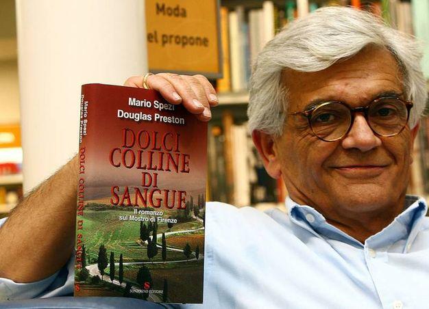 Mario Spezi nel 2006 durante la presentazione di ''Dolci colline di sangue'',  il libro sul mostro di Firenze scritto dal giornalista fiorentino finito in carcere con l'accusa di aver depistato le indagini sul maniaco delle coppiette - arresto poi annullato dal tribunale del riesame di Perugia - e dallo scrittore statunitense Douglas Preston (archivio Ansa)