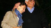 Mario Spezi, insieme con la moglie, nel 2006 quando rientra nella sua casa nel Comune di Bagno a Ripoli, dopo essere stato scarcerato (archivio Ansa)