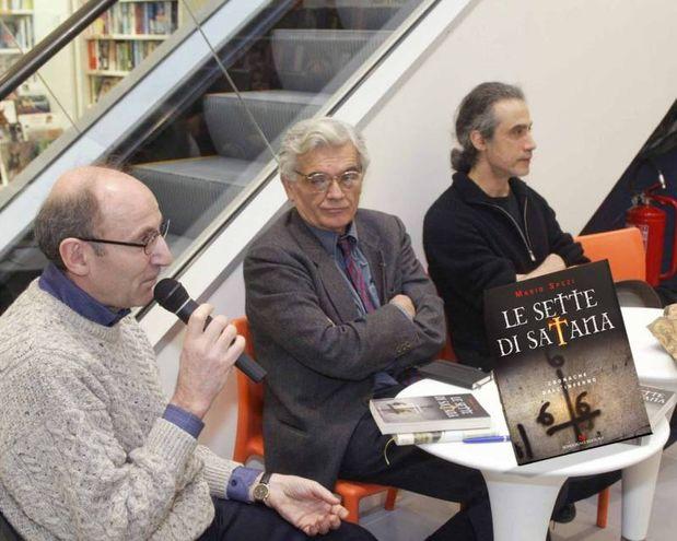 """La presentazione del libro """"Le sette di Satana"""" alla Seeber nel 2005 (archivio New Press Photo)"""