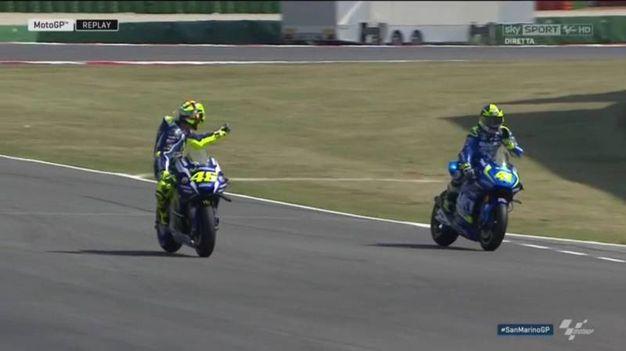 Valentino Rossi fa il dito medio a Aleix Espargaro (Sky)